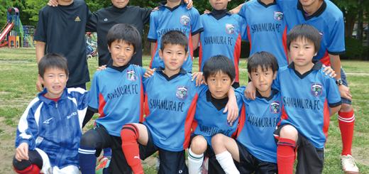 サッカー好きな子どもたち。ユニホームは交流大会に出るため作った